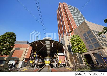 日本の東京都市景観 太陽光を反射する電車や東急世田谷線三軒茶屋駅、キャロットタワーなどを望む 51068944