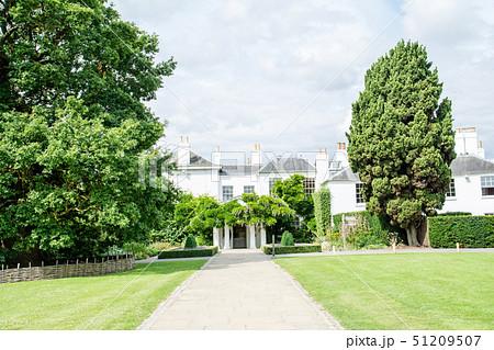 緑にに囲まれた歴史的な白壁の建物 ロンドン郊外のリッチモンド公園にて 51209507