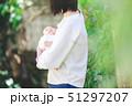 赤ちゃん 抱っこ 51297207