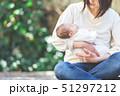 赤ちゃん 抱っこ 51297212