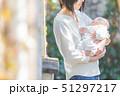 赤ちゃん 抱っこ 51297217