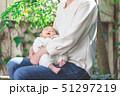 赤ちゃん 抱っこ 51297219