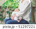 赤ちゃん 抱っこ 51297221