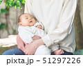 赤ちゃん 抱っこ 51297226