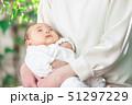 赤ちゃん 抱っこ 51297229