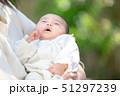 赤ちゃん 抱っこ 51297239
