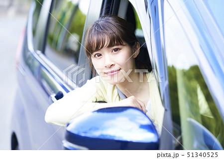 ドライブをする若い女性 51340525