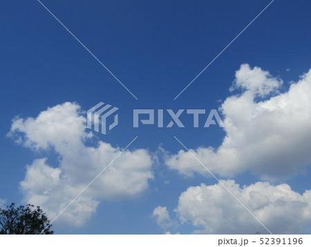 4月の青い空と白い雲 52391196
