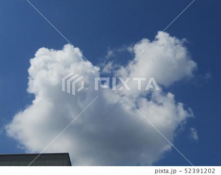 4月の青い空と白い雲 52391202