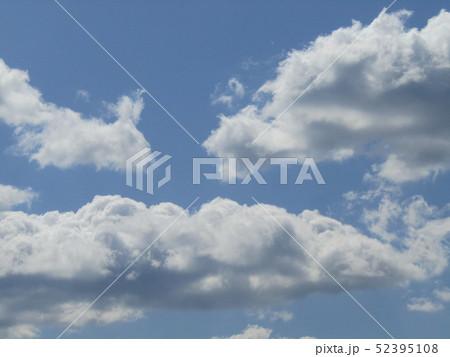 4月の青い空と白い雲 52395108