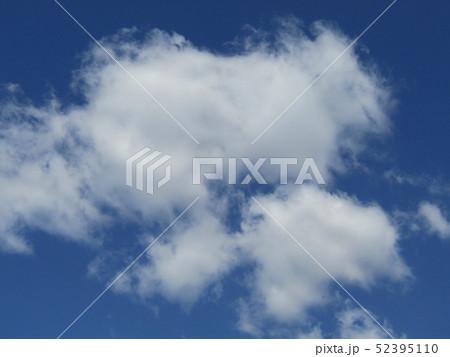 4月の青い空と白い雲 52395110