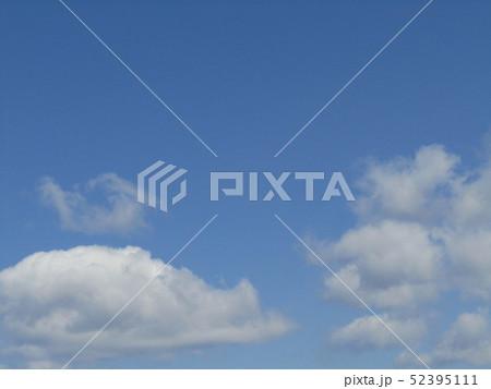 4月の青い空と白い雲 52395111