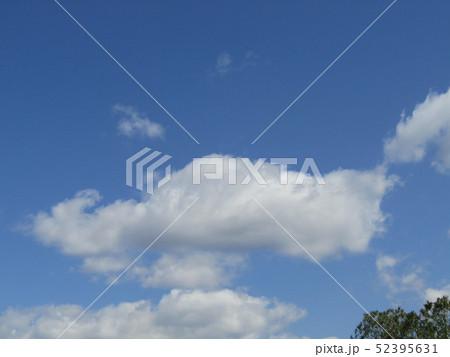 4月の青い空と白い雲 52395631