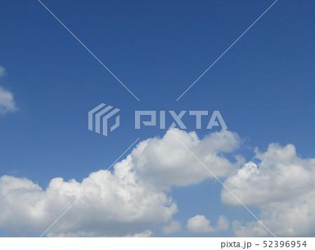 4月の青い空と白い雲 52396954