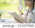 自然の中で読書をする女性 52397060