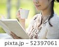 自然の中で読書をする女性 52397061