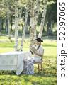 自然の中で読書をする女性 52397065