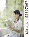 自然の中で読書をする女性 52397067
