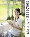 自然の中で読書をする女性 52397069