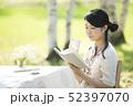 自然の中で読書をする女性 52397070