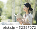 自然の中で読書をする女性 52397072