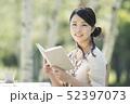 自然の中で読書をする女性 52397073