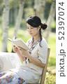 自然の中で読書をする女性 52397074