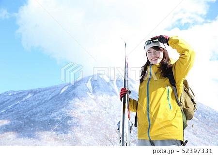 冬のレジャーを楽しむ女性 52397331
