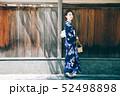 浴衣の女性と京都の街 52498898