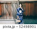 浴衣の女性と京都の街 52498901