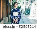 浴衣の女性と京都の街 52505214