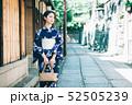 浴衣の女性と京都の街 52505239