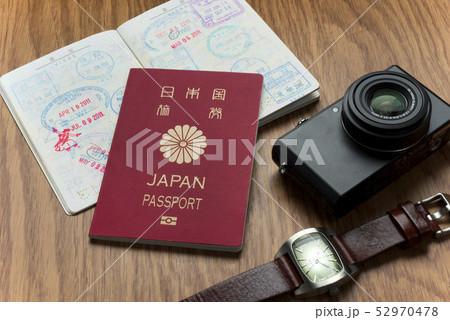 パスポートとカメラと時計 52970478