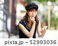 スマホ 女性 ライフスタイル 52993036
