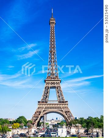パリ シャイヨ宮から眺めるエッフェル塔 縦位置 53025490