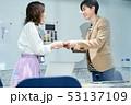 男女 ビジネス 名刺交換 53137109