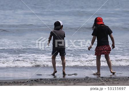 海を眺める姉弟 53155697