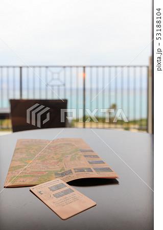 旅行 1月の沖縄 ホテルの部屋で カードキーと地図 53188104