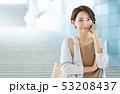 ビジネスウーマン スマートフォン 女性の写真 53208437
