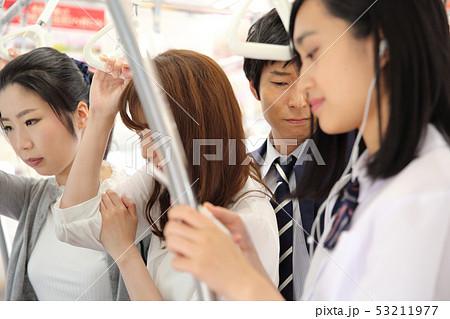 満員電車に乗る人たち 撮影協力「京王電鉄株式会社」  53211977