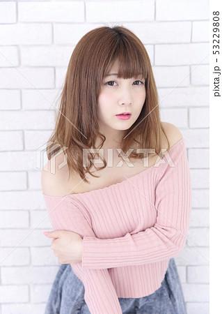 若い女性 ヘアスタイル 53229808