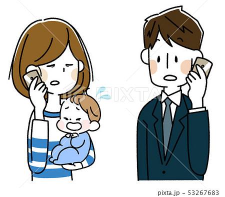 泣いた赤ちゃんを抱えてスマートフォンで会話する若い母親とスーツの男性 53267683