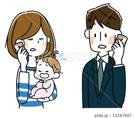 泣いた赤ちゃんを抱えてスマートフォンで会話する若い母親とスーツの男性 53267687