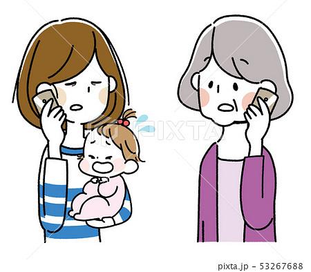 泣いた赤ちゃんを抱えてスマートフォンで会話する若い母親とシニア女性 53267688
