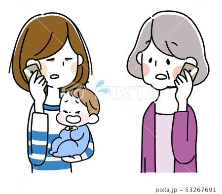 泣いた赤ちゃんを抱えてスマートフォンで会話する若い母親とシニア女性 53267691