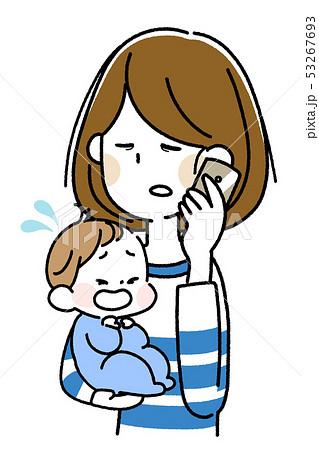 泣いた赤ちゃんを抱えてスマートフォンで会話する若い母親 53267693