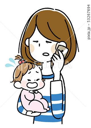 泣いた赤ちゃんを抱えてスマートフォンで会話する若い母親 53267694