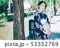 浴衣の女性と京都の街 53352769