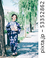 浴衣の女性と京都の街 53352862
