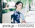 浴衣の女性と京都の街 53353202